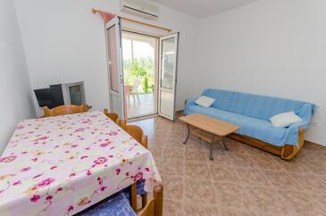 Okrug Gornji, Sala de estar in the apartment, air condition available y WiFi.