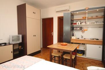 Kukljica, Dining room in the studio-apartment, dostupna klima, dopusteni kucni ljubimci i WIFI.