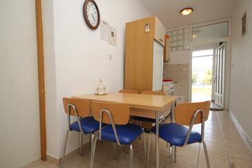 Neviđane, Blagovaonica u smještaju tipa apartment, dostupna klima, kućni ljubimci dozvoljeni i WiFi.