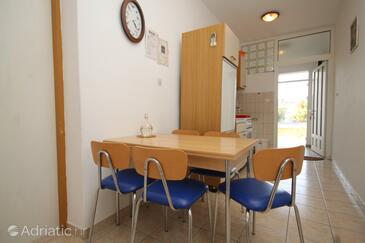 Neviđane, Blagovaonica u smještaju tipa apartment, dostupna klima i kućni ljubimci dozvoljeni.