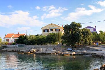 Ugljan, Ugljan, Объект 846 - Апартаменты вблизи моря с галечным пляжем.
