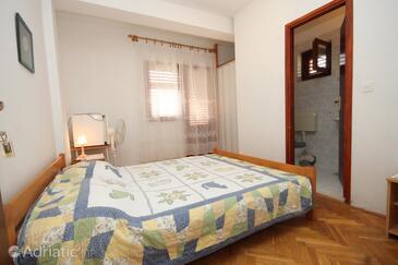 Mrljane, Spavaća soba u smještaju tipa room, dostupna klima i WiFi.
