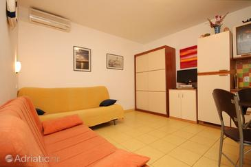 Ugljan, Living room in the apartment, dostupna klima i WIFI.