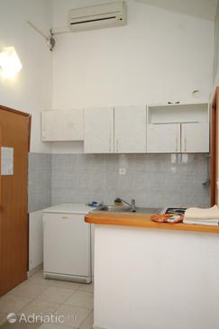 Vis, Kitchen in the studio-apartment, dostupna klima.