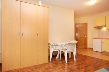 Turanj, Dining room in the studio-apartment, dopusteni kucni ljubimci i WIFI.