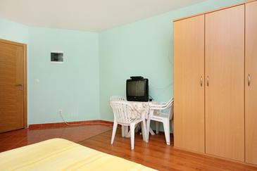 Turanj, Jídelna v ubytování typu studio-apartment, domácí mazlíčci povoleni a WiFi.