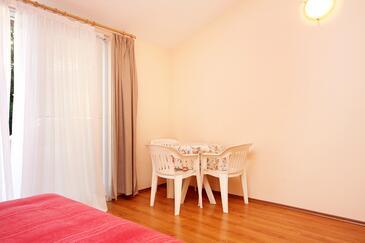 Turanj, Jadalnia w zakwaterowaniu typu studio-apartment, zwierzęta domowe są dozwolone i WiFi.