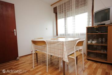 Muline, Dining room in the apartment, air condition available and WiFi.