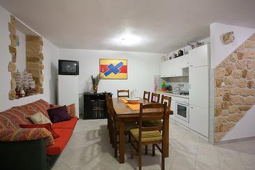 Poljana, Comedor in the apartment, air condition available y WiFi.