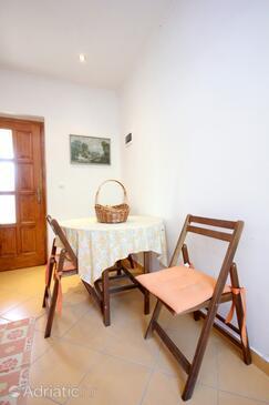 Brsečine, Dining room in the studio-apartment, dopusteni kucni ljubimci i WIFI.