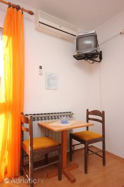 Mlini, Dining room in the studio-apartment, dostupna klima i WIFI.