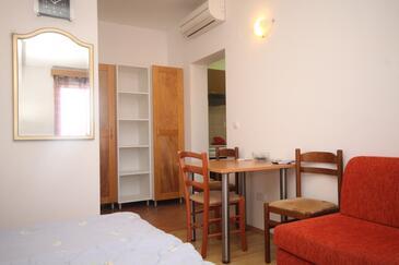 Cavtat, Jídelna v ubytování typu studio-apartment, s klimatizací, domácí mazlíčci povoleni a WiFi.