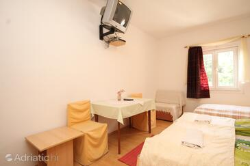 Mlini, Dining room in the studio-apartment, air condition available and WiFi.