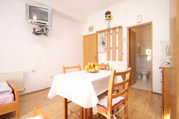 Kaštel Kambelovac, Jedáleň v ubytovacej jednotke studio-apartment, WiFi.