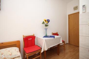 Kaštel Kambelovac, Jedilnica v nastanitvi vrste studio-apartment, WiFi.
