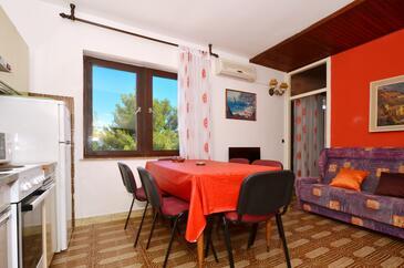 Arbanija, Blagovaonica u smještaju tipa apartment, dostupna klima, kućni ljubimci dozvoljeni i WiFi.