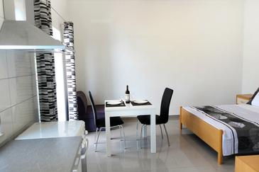 Uvala Torac, Dining room in the studio-apartment, WIFI.