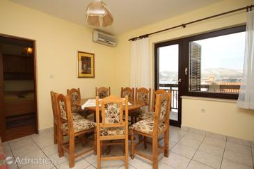 Okrug Gornji, Dining room in the apartment, air condition available and WiFi.