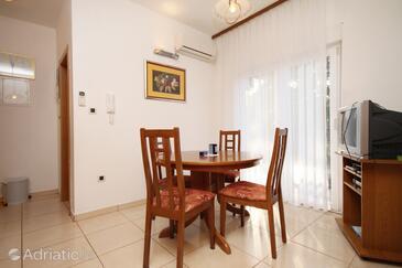 Okrug Donji, Blagovaonica u smještaju tipa apartment, dostupna klima i WiFi.