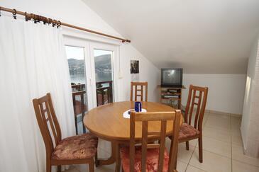 Okrug Donji, Jedáleň v ubytovacej jednotke apartment, klimatizácia k dispozícii a WiFi.