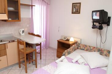 Podstrana, Dining room in the apartment, dostupna klima i WIFI.