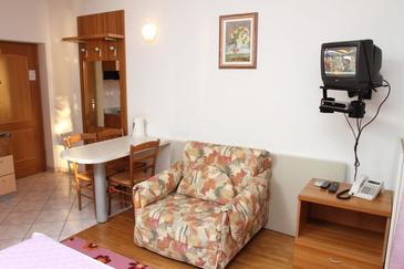Podstrana, Living room in the studio-apartment, dostupna klima i WIFI.