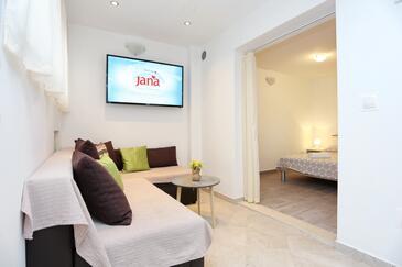 Kaštel Kambelovac, Obývací pokoj v ubytování typu studio-apartment, dostupna klima i WIFI.