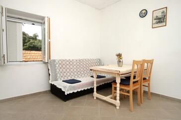 Pobij, Salle à manger dans l'hébergement en type apartment.