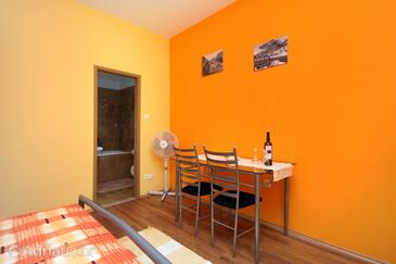 Vrisnik, Jídelna v ubytování typu studio-apartment, domácí mazlíčci povoleni a WiFi.