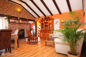 Vrbanj, Living room in the apartment, dostupna klima.
