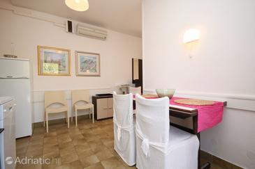 Hvar, Dining room in the studio-apartment, dostupna klima, dopusteni kucni ljubimci i WIFI.