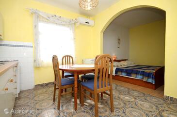 Stari Grad, Dining room in the studio-apartment, dostupna klima.