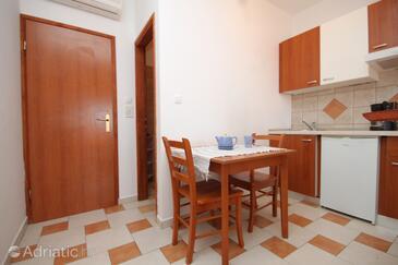 Milna, Dining room in the studio-apartment, dostupna klima i WIFI.