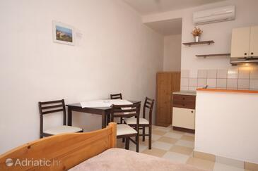 Milna, Dining room in the studio-apartment, dopusteni kucni ljubimci i WIFI.