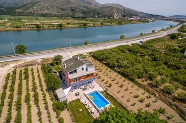 Opuzen, Ušće Neretve, Объект 8818 - Дом для отдыха с песчаным пляжем.