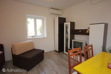 Vis, Living room in the studio-apartment, dostupna klima i dopusteni kucni ljubimci.