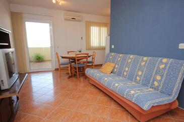 Komiža, Obývacia izba v ubytovacej jednotke apartment, domáci miláčikovia povolení a WiFi.