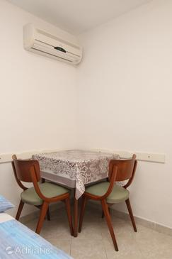 Rukavac, Salle à manger dans l'hébergement en type studio-apartment, WiFi.
