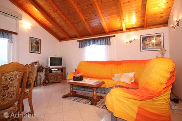 Milna, Living room in the apartment, air condition available and WiFi.