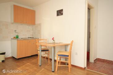 Komiža, Dining room in the studio-apartment, dostupna klima, dopusteni kucni ljubimci i WIFI.