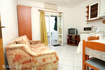 Molunat, Living room in the apartment, air condition available and WiFi.
