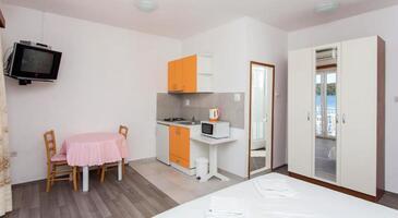 Molunat, Jedáleň v ubytovacej jednotke studio-apartment, klimatizácia k dispozícii a WiFi.
