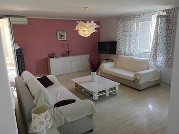 Slađenovići, Living room in the apartment, air condition available and WiFi.