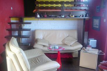 Savar, Living room in the studio-apartment, dostupna klima i WIFI.