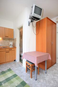 Trsteno, Dining room in the studio-apartment, dostupna klima, dopusteni kucni ljubimci i WIFI.