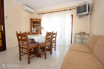 Orašac, Dining room in the apartment, dostupna klima, dopusteni kucni ljubimci i WIFI.
