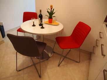 Makarska, Jídelna v ubytování typu apartment, domácí mazlíčci povoleni a WiFi.