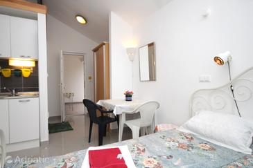 Žrnovska Banja, Dining room in the studio-apartment, dopusteni kucni ljubimci i WIFI.