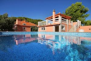 Family friendly apartments with a swimming pool Smokvica (Korcula) - 9161