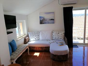 Lumbarda, Living room in the studio-apartment, air condition available and WiFi.